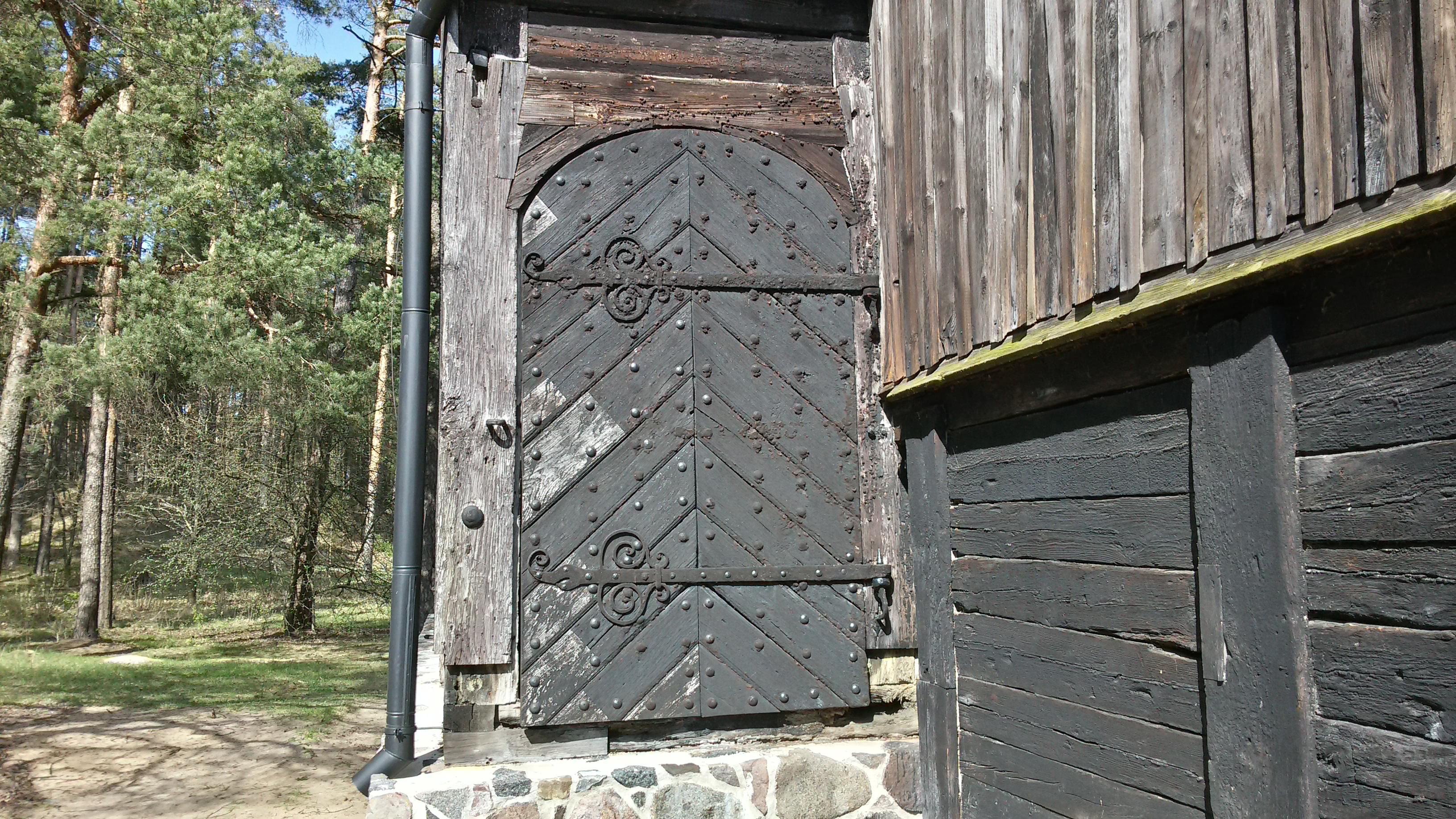Одна из дверей амбара.